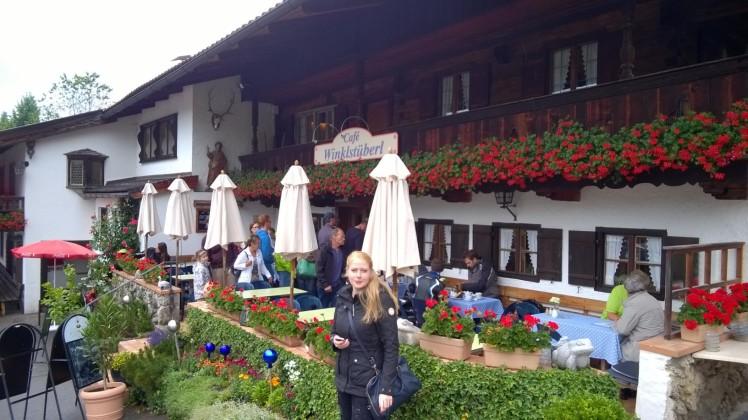 Leonie vor dem Winklstüberl - Café