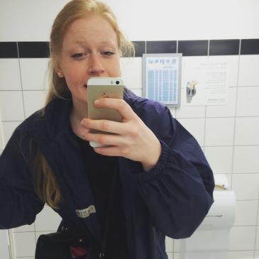 Anreise nach Mallorca - am Flughafen Köln Bonn auf der Toilette. Ein Selfie der Schönheit.