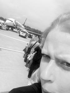 Am Flughafen Köln Bonn stehe ich vor einer Ryan Air Maschine und warte auf den Einstieg